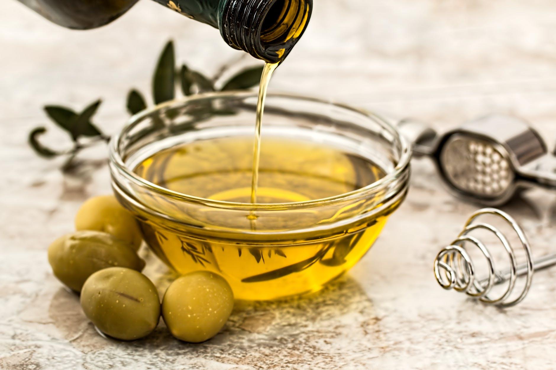 Az olívaolaj az egyszeresen telítetlen zsírok közé tartozik