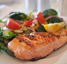 Zsírszegény és magad fehérjetartalmú lazac salátával