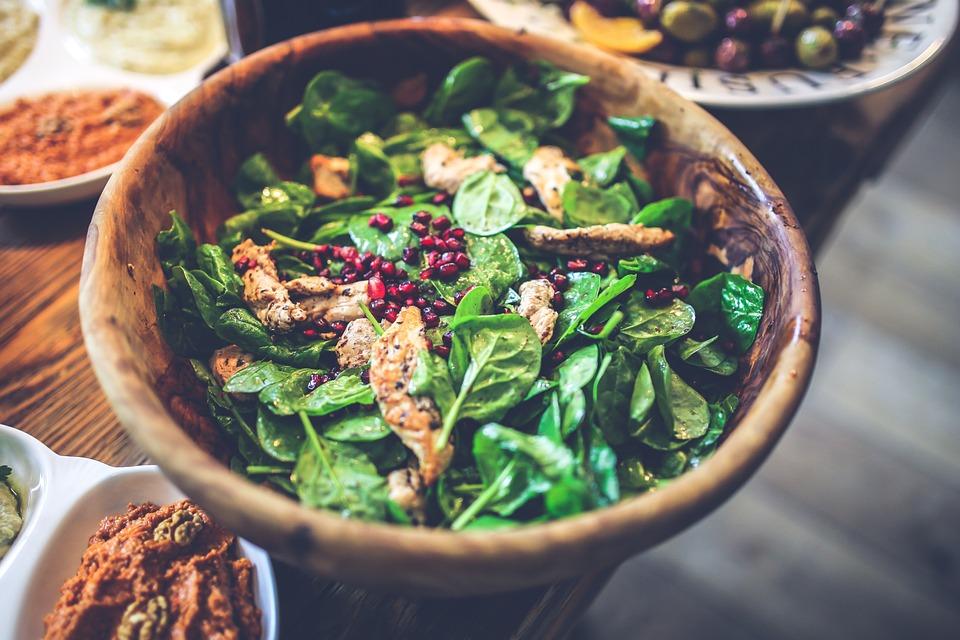 A spenót kiváló növényi fehérjeforrás, a csirkemell pedig a legmagasabb fehérjével rendelkező állati proteinforrás