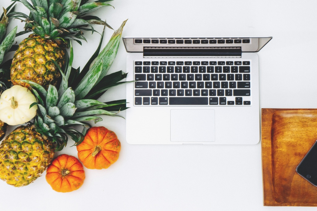 Laptop gyümölcsökkel