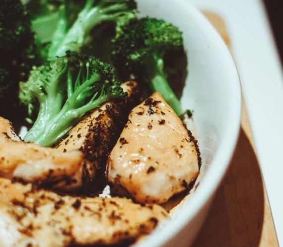 A csirke és a brokkoli hasznos fehérjeforrások a szervezet számára