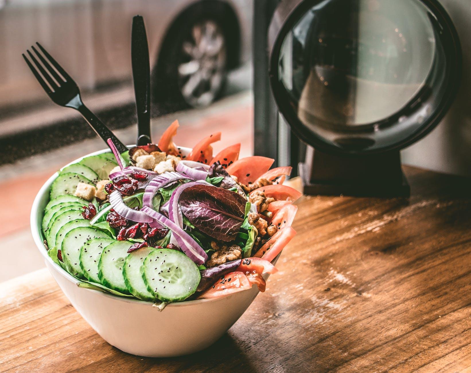 Vegán lencsesaláta zöldségekkel
